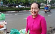 """Chị bán bánh ướt lề đường dễ thương nhất Sài Gòn: """"Buồn hay vui cũng hết một ngày, thôi chọn vui cho sướng"""""""