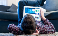 """Cách giúp con """"tự vệ"""" khi đọc báo, xem Youtube, dùng Facebook"""