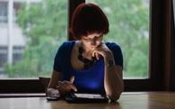 Mải mê đọc thông tin trên mạng bằng Ipad, điện thoại...bạn đang tự hủy diệt tư duy của mình mà không hề hay biết!
