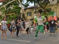 Cuối tuần, người dân thoải mái thưởng ngoạn phố đi bộ Hà Nội bất kể ngày đêm