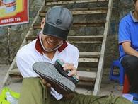 Nếu ai đó luôn thở than chán việc, hãy nhìn cách anh đánh giày bị bại não đang hăng say làm việc thế nào...