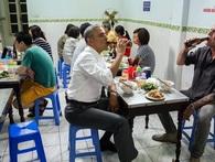"""Cùng được Tổng thống Obama """"trợ lực"""", nhưng cách làm thương hiệu của Bia Hà Nội lại thua xa bà bán bún chả"""