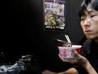 Ở đất nước giàu có như Nhật Bản, có những đứa trẻ nhịn ăn nhịn mặc để được dùng iPhone