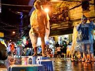 Trận mưa phá hỏng đêm khai mạc phố đi bộ Hà Nội