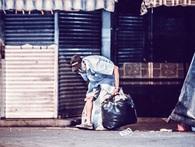 Cụ ông hơn 70 tuổi còng lưng bán vé số, nhặt ve chai lay động dân mạng