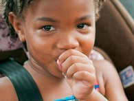 Nghe có vẻ mất vệ sinh nhưng mút tay và cắn móng tay đôi khi lại có lợi cho trẻ nhỏ