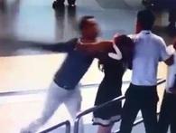 Clip nam hành khách đánh vào đầu nữ nhân viên hàng không