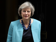 Thủ tướng Anh Theresa May đã trở thành tượng đài thời trang như thế nào?