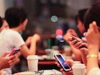 Thế hệ người Việt trẻ suốt ngày 'cắm mặt' vào điện thoại đang khiến cả một ngành kinh doanh thay đổi ra sao?