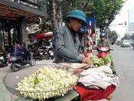 Kiếm tiền bằng việc mang hoa bưởi ra phố