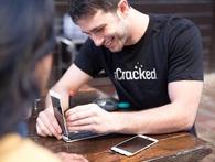 iPhone hỏng không có tiền để sửa, thanh niên này đã tháo tung nó ra, mua linh kiện online tự sửa và sau đó tạo nên công ty triệu USD