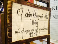 """Giữa Hà Nội, có một quán cafe đang gây sốt vì tấm biển hiệu """"Ở đây không có wifi, hãy nói chuyện với nhau như năm 1992!"""""""