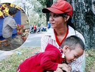 """Gặp mẹ con cậu bé lượm ve chai trong bức ảnh xếp dép: """"Tôi không có tiền cho thằng bé đi học, nó cứ khóc"""""""