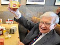 Sống tiết kiệm như tỷ phú Warren Buffett: Càng giàu có người ta càng hiểu rõ giá trị của đồng tiền