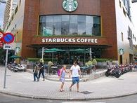 2 tuần sau khi dỡ bỏ bồn hoa và bậc thềm lấn chiếm vỉa hè, quán cafe Starbucks ngã 6 Phù Đổng trông vẫn ổn!
