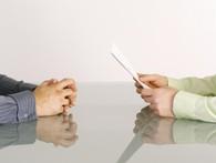 Bạn sẽ làm gì với tay mình trong cuộc phỏng vấn? Câu hỏi tưởng ngớ ngẩn nhưng thực ra 90% các nhà tuyển dụng đang nhìn vào tư thế tay để đánh giá ứng viên của mình
