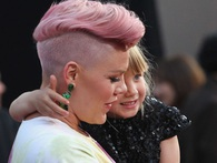 Bài phát biểu của ca sĩ Pink khiến cả thế giới phải suy ngẫm: Nếu cuộc đời cho chúng ta một hòn sỏi và một cái vỏ sò thì chúng ta sẽ làm ra ngọc trai!