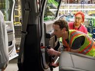 Chán điều hành Facebook, CEO Mark Zuckerberg thử làm công nhân lắp ráp ô tô ở nhà máy Ford