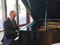 Tổng thống Nga Putin trổ tài đánh đàn bằng piano của Chủ tịch Tập Cận Bình