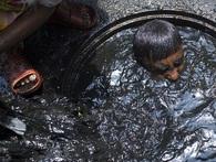 Công việc vất vả nhất thế giới: những người thợ lặn cống đen ngòm để khơi thông tại Bangladesh