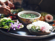 """Giữa Sài Gòn xô bồ, vẫn có một nơi bạn có thể tĩnh tâm với đồ ăn thức uống """"đơm hoa"""""""