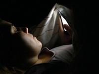 Có thể bị mù tạm thời nếu dùng smartphone trong bóng tối