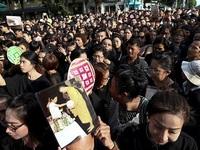 Thái Lan bán hết sạch quần áo màu đen khi cả nước đang để tang Quốc vương Bhumibol