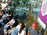 Mua iPhone 7 ở Singapore: Tranh cãi và bị giải tán
