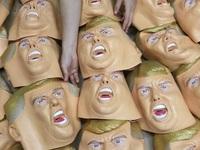 Dây chuyền sản xuất mặt nạ Donald Trump ở Nhật Bản