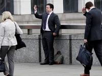 Đời sống đô thị và những cư dân 'cắm mặt' vào điện thoại