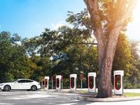 """Xe chạy xăng đang phá hoại môi trường, vậy xe điện như Tesla có """"sạch"""" không?"""