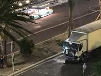 """Khoảnh khắc chiếc """"xe tải tử thần"""" lao vào đám đông ở Nice"""