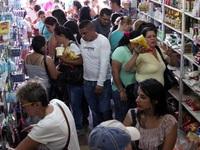 Dòng người Venezuela chen lấn sang Colombia mua đồ