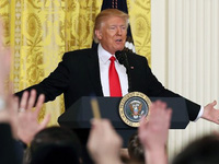Họp báo hỗn loạn, Trump chỉ trích báo chí và 'mớ hỗn độn'