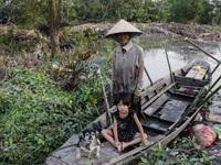 """Những đứa trẻ sống trên """"ốc đảo"""" ở Sài Gòn và mơ ước một lần được cùng ba mẹ ra phố đón Tết"""
