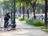 """Sài Gòn lắp barie trên vỉa hè nhưng nhiều người vẫn phi xe máy """"giành đường"""" với người đi bộ"""
