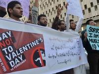 Toà Pakistan cấm tổ chức vui chơi Valentine
