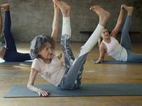 Cụ bà trăm tuổi tập yoga dẻo dai hơn cả thanh niên