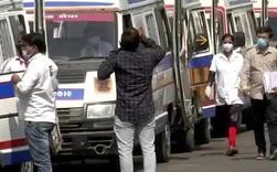 Một bệnh viện Ấn Độ làm lễ cầu thần linh độ khi xe cứu thương rồng rắn xếp hàng dài bên ngoài