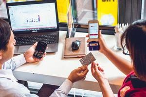 Với công nghệ mới này, thậm chí uống trà đá cũng có thể quẹt thẻ ngân hàng để thanh toán