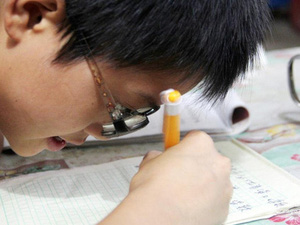 Sự thật về cậu bé bị cận hơn 2000 độ ở Trung Quốc