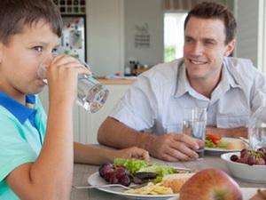 Uống nước trong bữa ăn có lợi hay có hại: Đây là câu trả lời nhiều người muốn biết