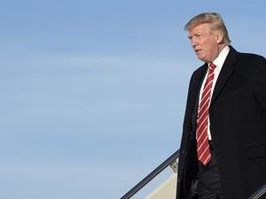 Những 'bom tấn' Trump tung ra trong tháng thứ 2 ở Nhà Trắng