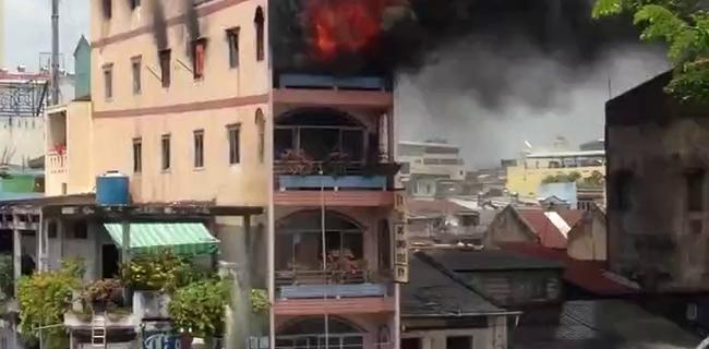 Tại sao lửa cháy tầng 5 mà lính cứu hỏa chỉ xịt nước lên tầng 3? Không phải nước yếu, có lý do khoa học để họ phải làm như vậy