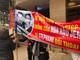 Hội viên Fussion Bodyworks căng băng rôn đòi đối chất với chồng hoa hậu Jennifer Phạm