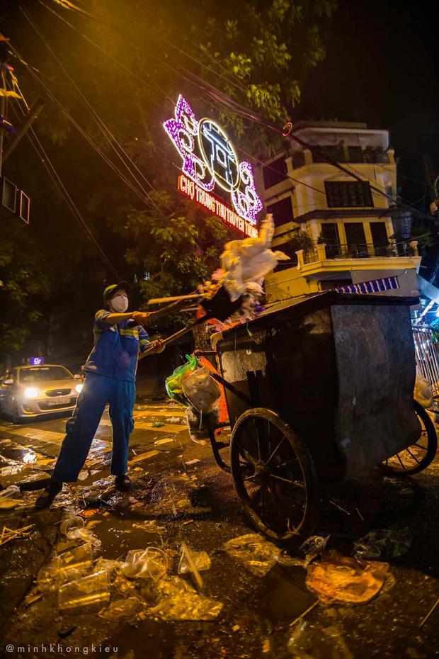 """Dòng người nô nức đi chơi Trung thu để lại """"biển rác"""" khổng lồ giữa lòng Hà Nội, cô lao công dọn đến 3h sáng mới xong - Ảnh 6."""