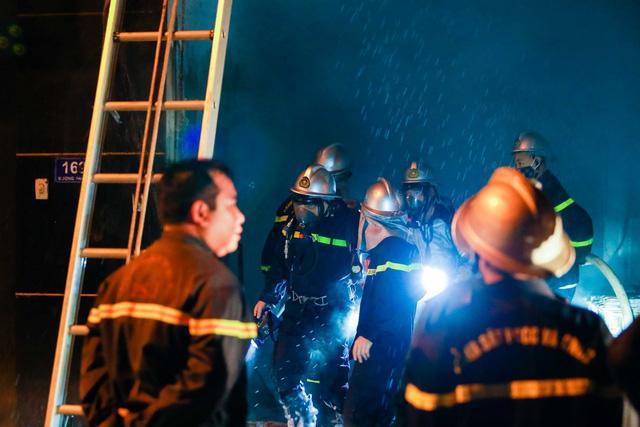 Cháy cơ sở kinh doanh ga ở Hà Nội, 5 người bị mắc kẹt bên trong  - Ảnh 1.