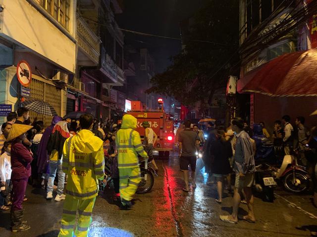 Cháy cơ sở kinh doanh ga ở Hà Nội, 5 người bị mắc kẹt bên trong  - Ảnh 2.