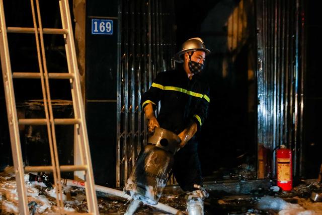 Cháy cơ sở kinh doanh ga ở Hà Nội, 5 người bị mắc kẹt bên trong  - Ảnh 3.