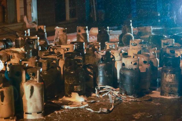 Cháy cơ sở kinh doanh ga ở Hà Nội, 5 người bị mắc kẹt bên trong  - Ảnh 4.